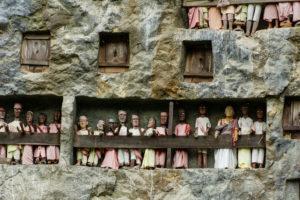 Holzstatuen (Tau-Taus) vor den Felsengräbern